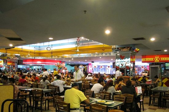 Crowne Plaza Hotel Managua: Food court in the mall across the street.