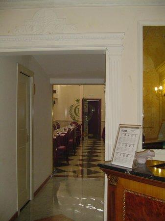 Hotel Contilia:                   corredor para desayuno