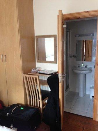 Kenmur House B & B:                   desk, wardrobe, bathroom