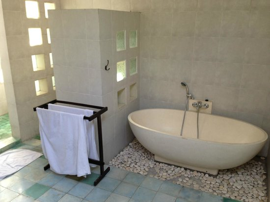 Artemis Villa and Hotel:                   Spacious bathroom