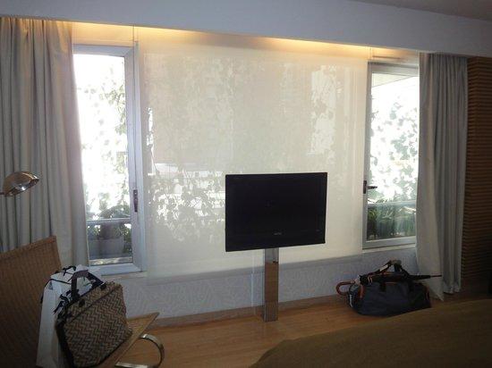 """Casa Calma Hotel:                   A TV que fica em frente à cama e diante de um """"jardinzinho"""""""