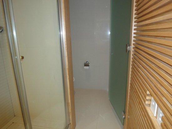 Casa Calma Hotel:                   A única porta dentro do apartamento (onde fica o vaso sanitário)