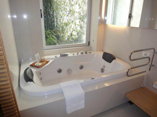 Casa Calma Hotel:                   A banheira (que dá para o mesmo jardinzinho do quarto)