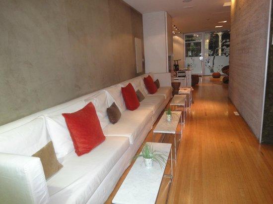 Casa Calma Hotel:                   O lobby ( com a porta de entrada ao fundo)