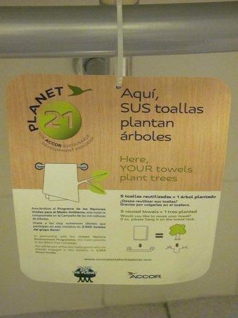Ibis Santiago Providencia:                   Apesar do aviso, as toalhas foram trocadas