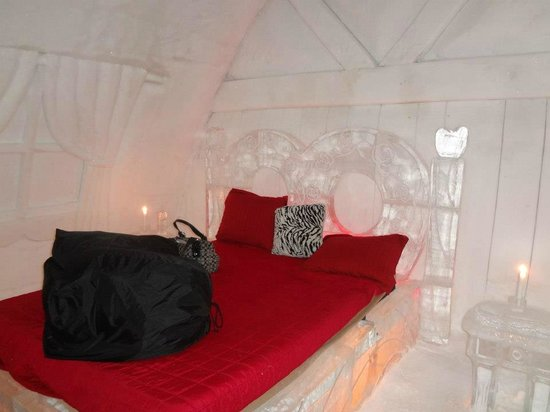Hotel de Glace: Love themed suite, with sleeping bags