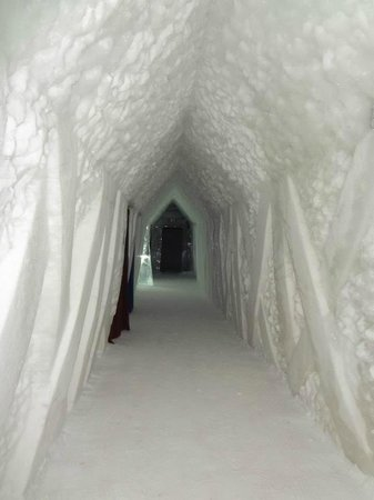Hotel de Glace: Hallway to rooms