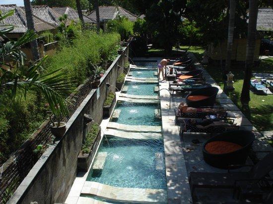 Bali Dynasty Resort:                   una delle piscine immersa nel verde