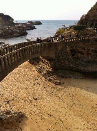 Côte des Basques: Un petit pont