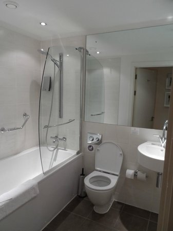 PREMIER SUITES Manchester: Bathroom