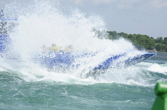 Saute-Moutons Jet Boating : Vague par-dessus le Saute-Moutons | Wave above the jet boat