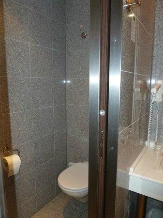 โรงแรมอีฟเบิร์คพรีเมียม:                   Ivbergs Premium Hotel li. WC