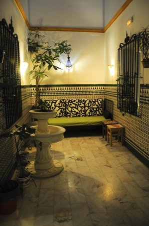 Triana Backpackers: Patio andaluz