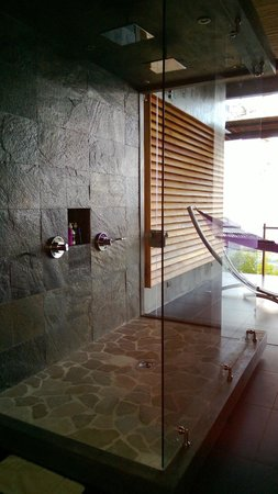Kura Design Villas Uvita:                                                       The shower