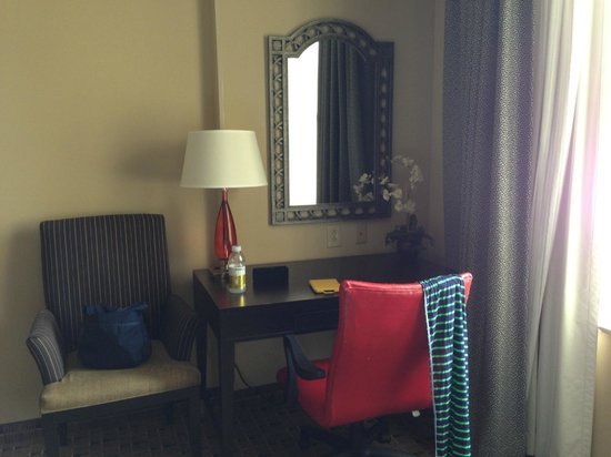 Hampton Inn & Suites Montgomery-Downtown: little work station