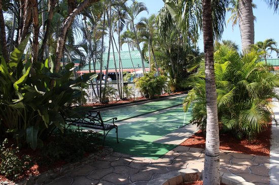 Wyndham Garden Fort Myers Beach: shuffle board by the pool in front of our room