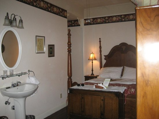 Weaverville Hotel & Emporium:                   Four post bed