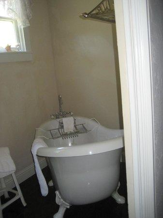 Weaverville Hotel & Emporium:                   modern claw foot bath tub