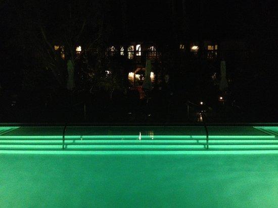 كولوني بالمز هوتل:                   Nighttime cocktails - poolside                 
