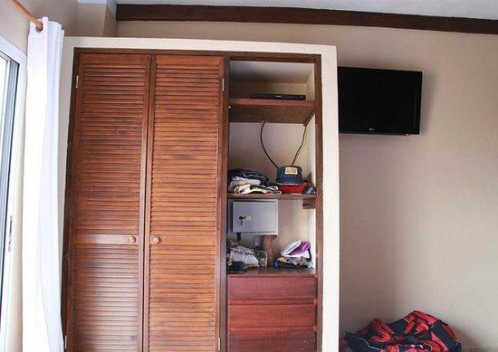 إيدن بيتش ريزورت:                   Only closet/storage area in the room                 