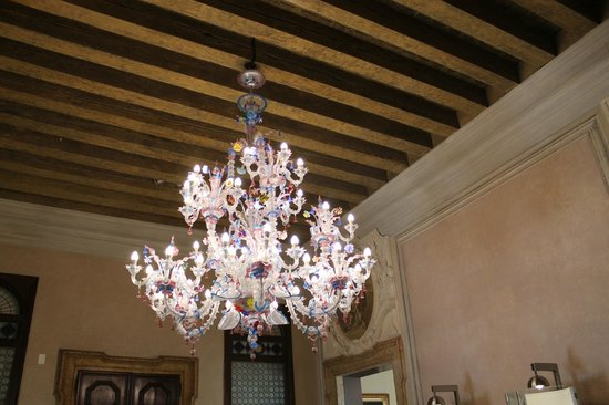 Hotel Palazzo Giovanelli: The murano chandelier in the hotel
