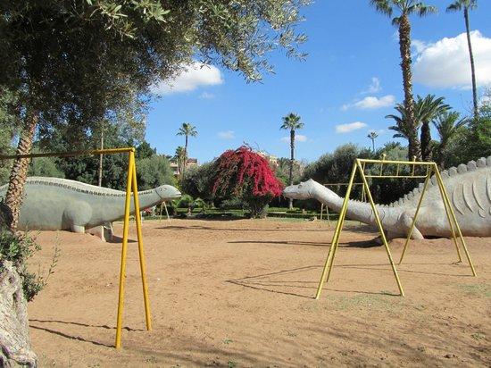 Jardin el Harti :                   wat objecten voor kinderen en bloeiende struiken/bomen