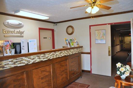 Econo Lodge Colonial: Front Desk