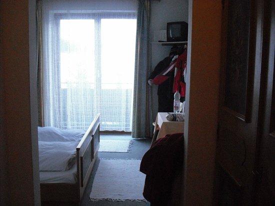 Hotel Hollern:                   Room entry - bathroom left, cupboard right