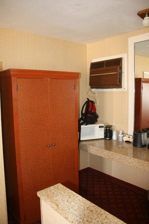 BEST WESTERN PLUS Anaheim Inn:                   Closet and sink area