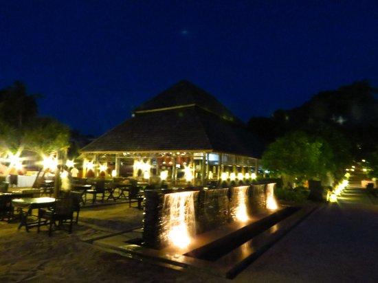 SriLanta Resort:                   restaurant et piscine de nuit
