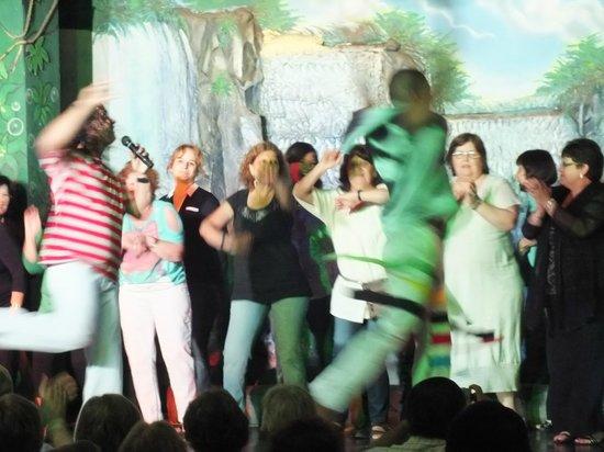 Oba Oba Show Brasil Samba Show:                   Las chicas bailando axe