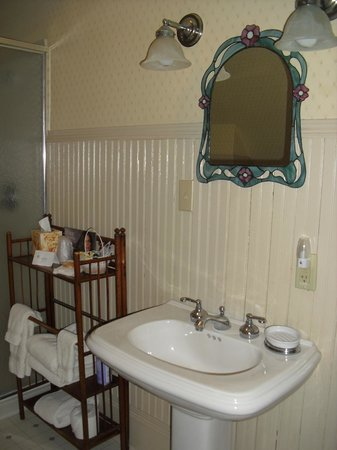 Reynolds House Bed and Breakfast:                   A bathroom view from the McIntosh Room