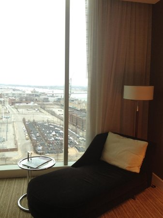 Four Seasons Hotel St. Louis:                   Fainting couch, north (non-Arch) view