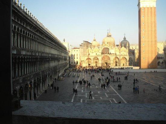 Biblioteca Nazionale Marciana:                   Vista panoramica dal museo/biblioteca  -)) sulla Piazza S.Marco