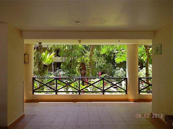 Shangri-La's Tanjung Aru Resort & Spa: giardino interno