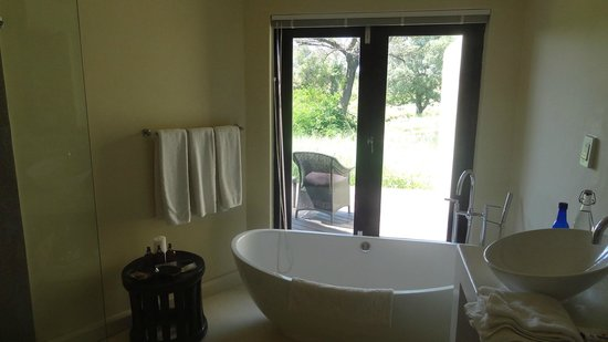 ‪‪Lion Sands River Lodge‬: fabulous oval tub w/view‬