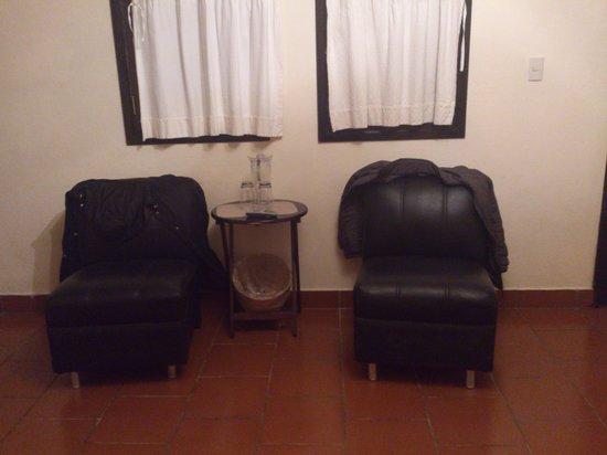 Hotel Posada Jovel:                   pequeña salita en la habitación