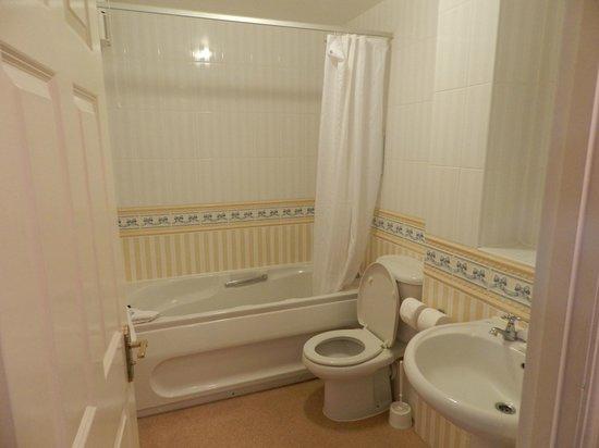 Macdonald Forest Hills Hotel & Spa:                   Bathroom 1