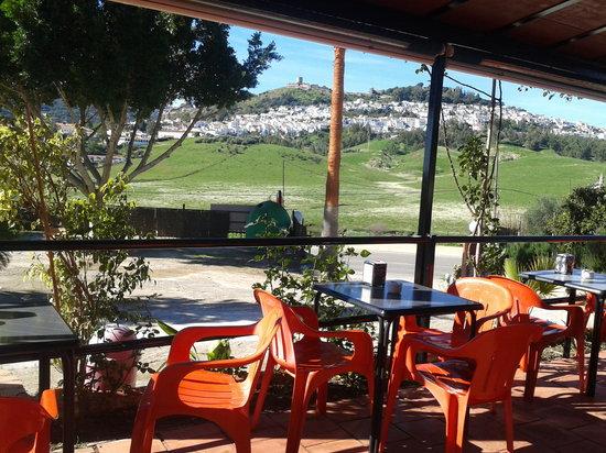 Restaurante Las Rejas:                   Terraza con vistas del perfil del pueblo de Jimena de la Frontera