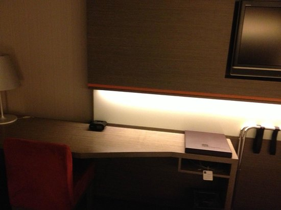 Novotel Hong Kong Nathan Road Kowloon: desk