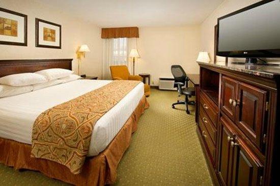 Drury Inn & Suites Westport-St. Louis: King Deluxe Room
