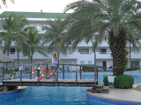 Isla Caribe Beach Hotel:                   Puente sobre la piscina
