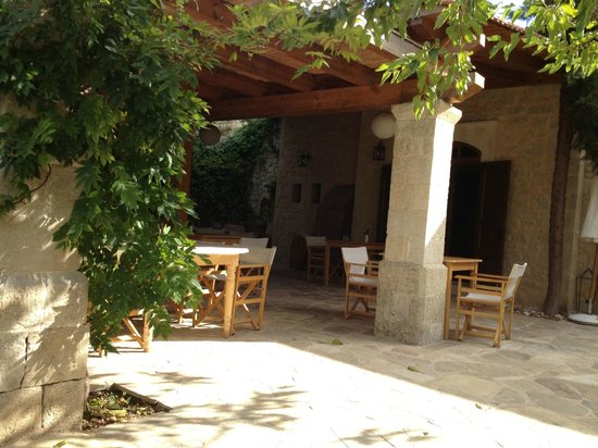Kapsaliana Village Hotel: outdoors dining area