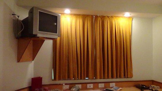 Scorial Rio Hotel:                   TV e bancada
