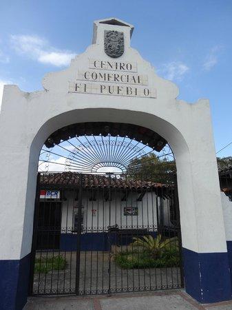 El Pueblo:                   entrada