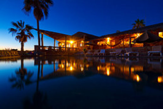 Rancho Leonero Resort: Night time by the pool