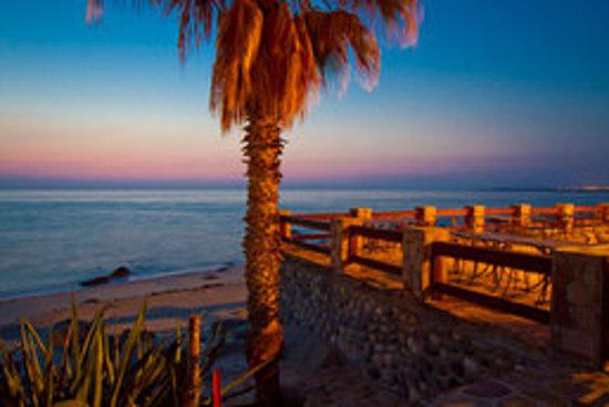 Rancho Leonero Resort: Dinner patio at night