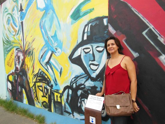 معرض الجهة الشرقية من بقايا جدار برلين:                   Sandra Sousa posando para foto no Muro em Berlim                 