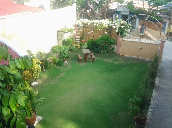Malonzo Pension House:                   tidy and neat garden