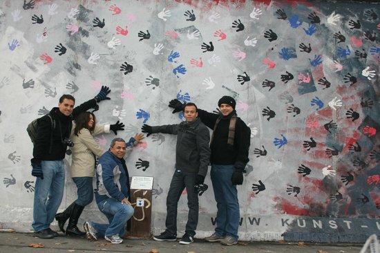 معرض الجهة الشرقية من بقايا جدار برلين:                   Artes no Muro em Berlim                 